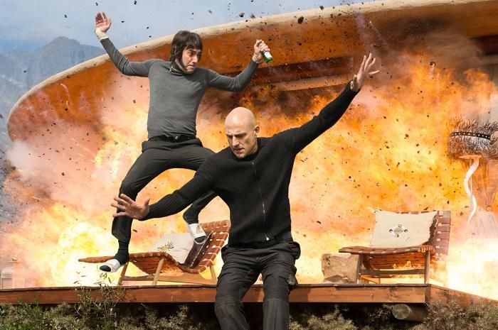 Still of Sacha Baron Cohen and Mark Strong in Grimsby - Attenti a quell'altro (2016)