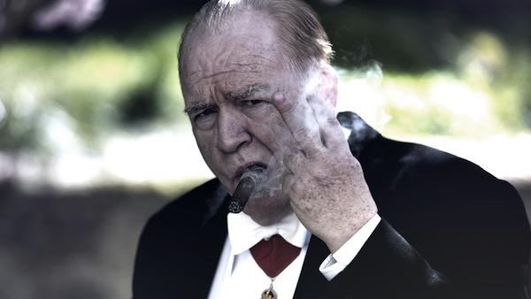 Brian Cox interpreta Churcill, mostrando segno di vittoria e con l'immancabile sigaro (foto: Salon Churchill Limited 2016 / Graeme Hunter)