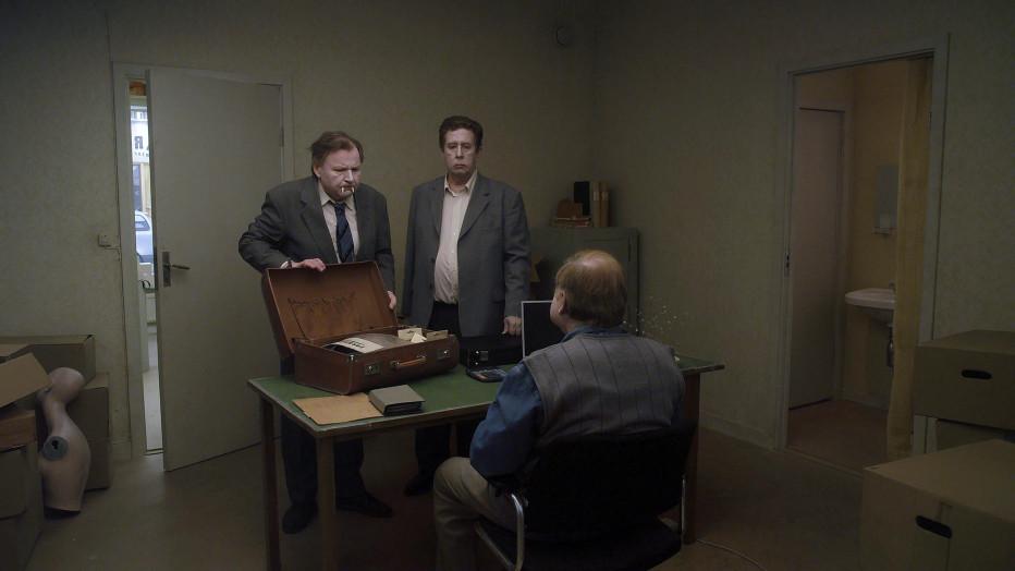 I protagonisti Sam e Jonathan mentre presentano i loro articoli ad un cliente