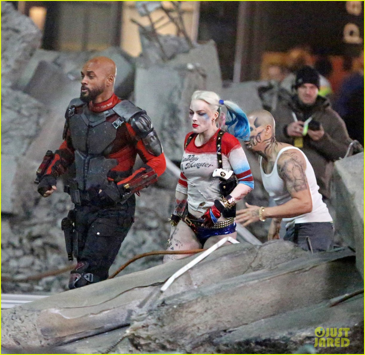 jared-leto-fights-kisses-margot-robbie-in-suicide-squad-06