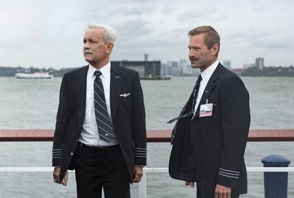Tom Hanks e Aaron Eckhart in una scena di Sully – Photo: courtesy of Warner Bros. Pictures