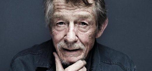 L'attore John Hurt nel 2015 (source)